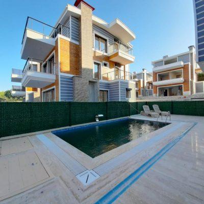 kuşadası'nda  denize 500 metre 5+2 özel havuzlu 200 m2 hobi bahçeli,merkezi sistemli 3.katlı villa satılık